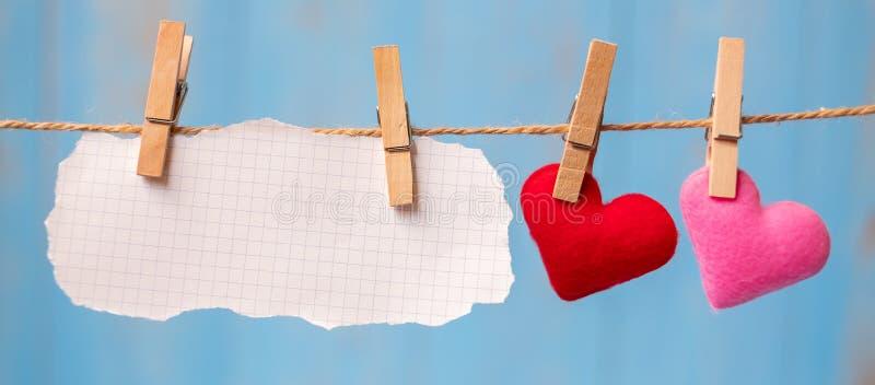 Decoración de la forma del corazón del papel en blanco y de los pares que cuelga en línea con el espacio de la copia para el text imágenes de archivo libres de regalías