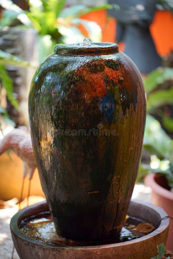 Decoración de la fuente del tarro en el jardín foto de archivo