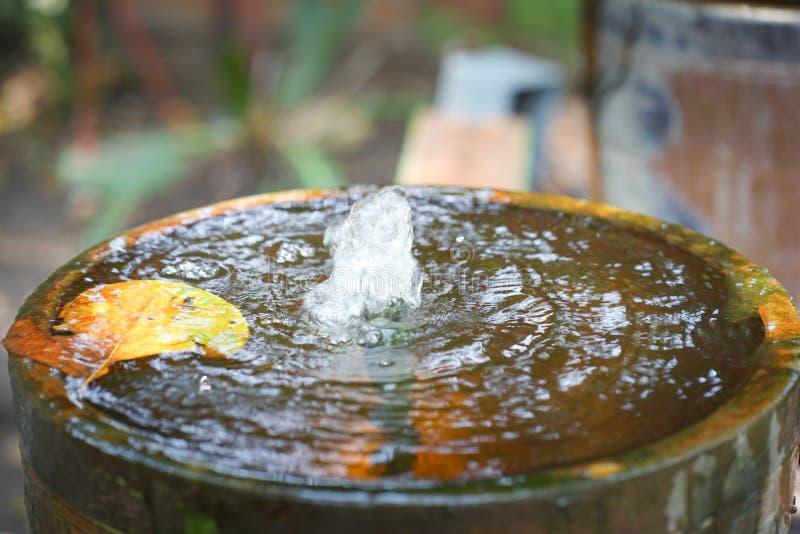 Decoración de la fuente del tarro en el jardín fotografía de archivo libre de regalías