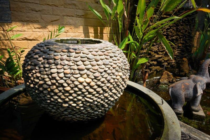 Decoración de la fuente del tarro en el jardín foto de archivo libre de regalías