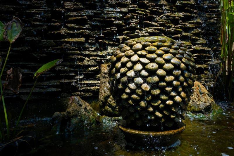 Decoración de la fuente del tarro en el jardín fotos de archivo libres de regalías