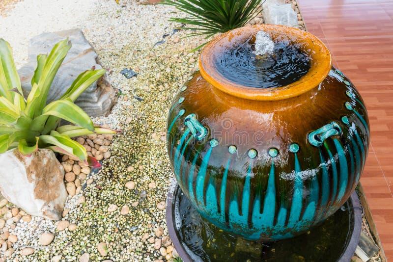 Decoración de la fuente del tarro en el jardín verde tailandia foto de archivo