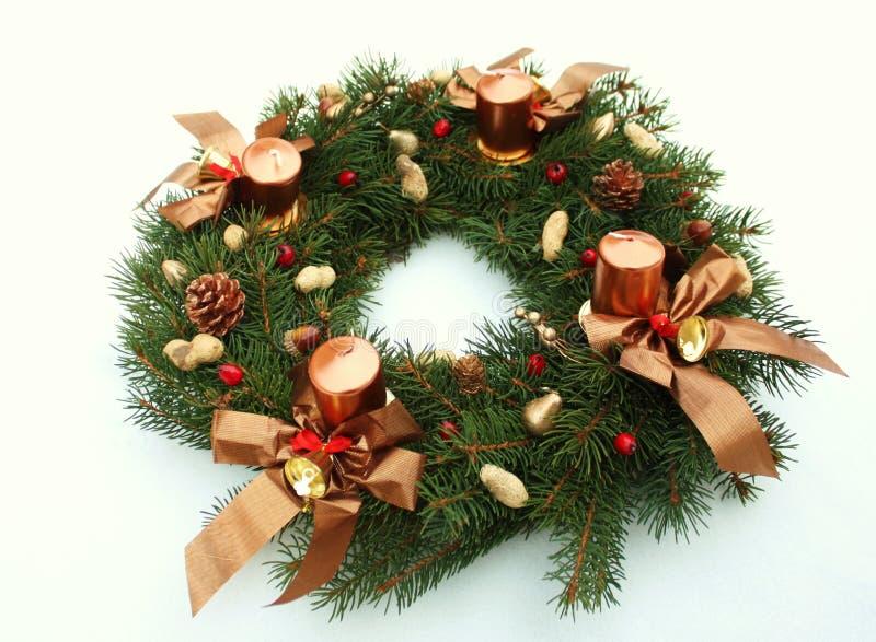 Decoración de la guirnalda de la Navidad con las velas fotos de archivo libres de regalías