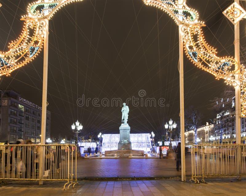 Decoración de la iluminación del Año Nuevo y de la Navidad de la ciudad --- Pushkin ajusta viaje del ` del festival al ` de la Na fotografía de archivo