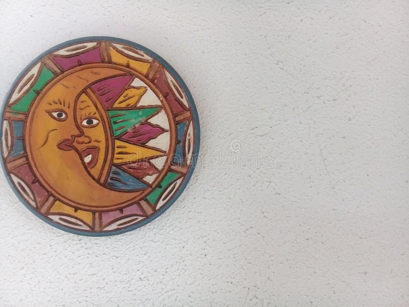 Decoración de la luna y del sol en la pared blanca imagen de archivo