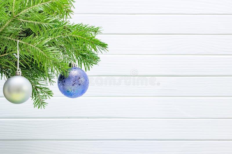 Decoración de la Navidad aislada en el fondo de madera blanco imagen de archivo