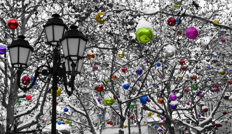 Decoración de la Navidad bajo la nieve fotos de archivo libres de regalías