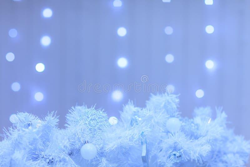 Decoración de la Navidad blanca con las luces en el fondo azul f foto de archivo libre de regalías