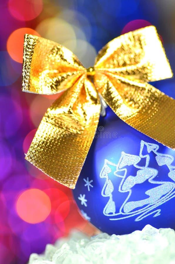 Decoración de la Navidad, bola azul de la Navidad con el arco de oro imagenes de archivo