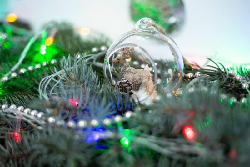 Decoración de la Navidad, ciervo en una bola imágenes de archivo libres de regalías
