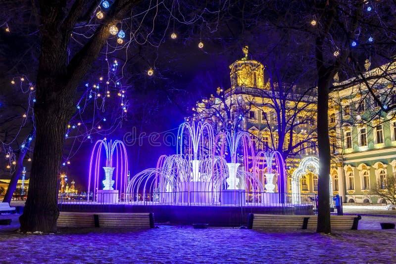 Decoración de la Navidad de la ciudad de St Petersburg con las guirnaldas eléctricas, del jardín del palacio del invierno y de la fotografía de archivo