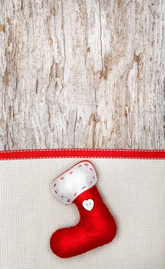 Decoración de la Navidad con el calcetín, la cinta y la lona rojos fotos de archivo