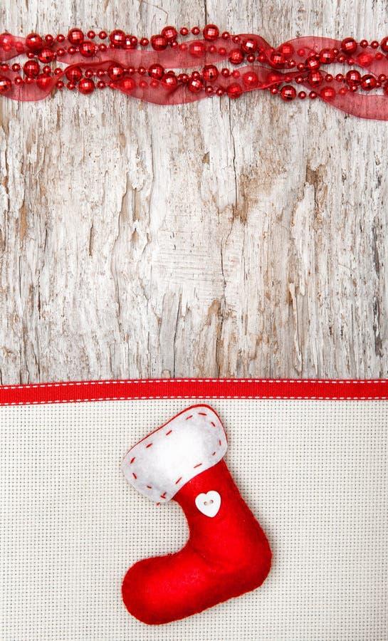 Decoración de la Navidad con el calcetín, la cinta y la lona rojos imagen de archivo