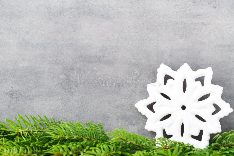 Decoración de la Navidad con el copo de nieve blanco, fondo de los vintages imagenes de archivo