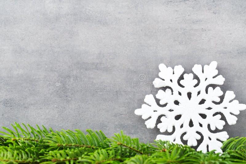 Decoración de la Navidad con el copo de nieve blanco, fondo de los vintages foto de archivo libre de regalías