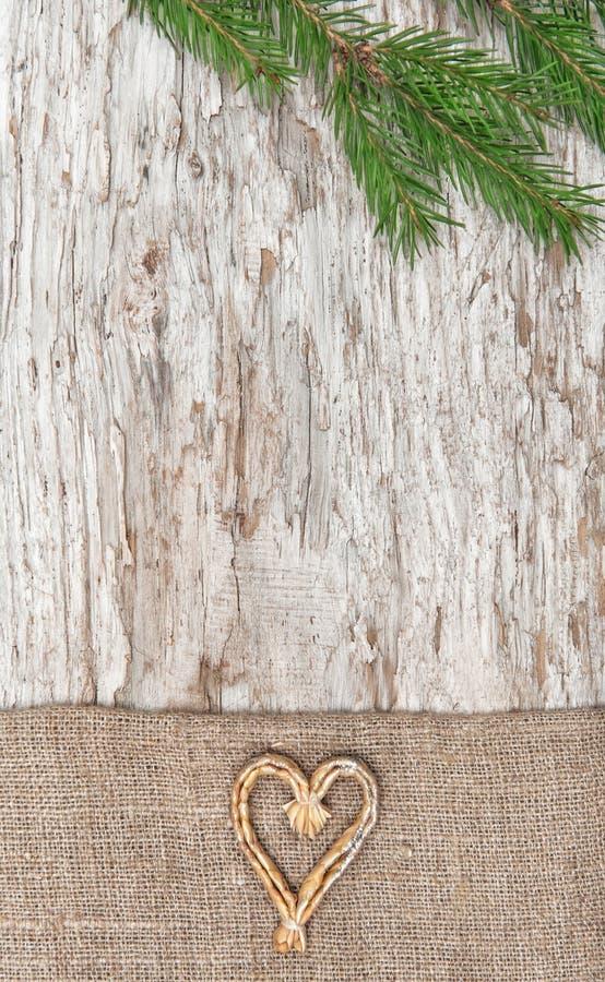 Decoración de la Navidad con el corazón y la arpillera de la paja imagen de archivo