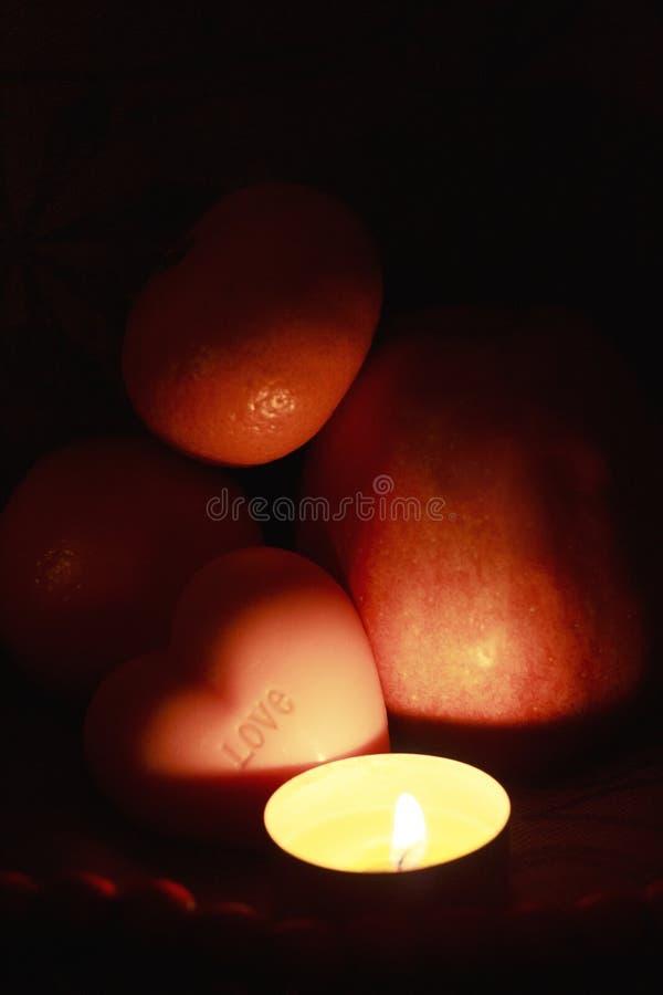 Decoración de la Navidad con el tealight, jabón, frutas foto de archivo