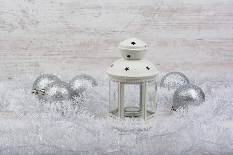 Decoración de la Navidad con la linterna en el fondo de madera blanco foto de archivo libre de regalías