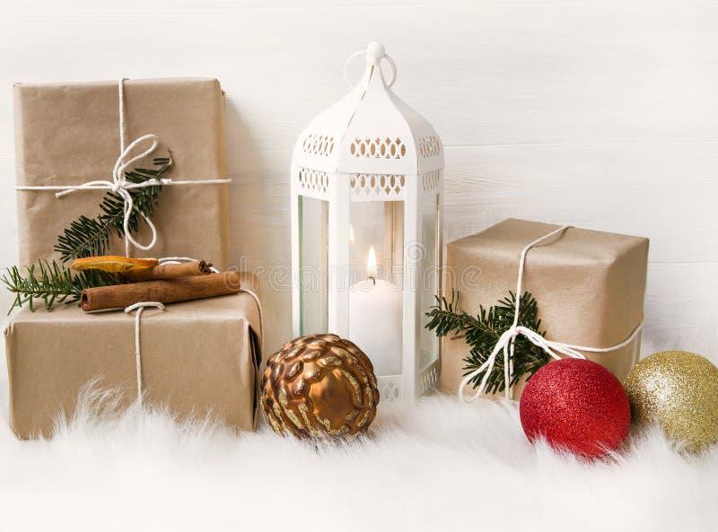 Decoración de la Navidad con la linterna, los regalos envueltos y los ornamentos del árbol imagen de archivo