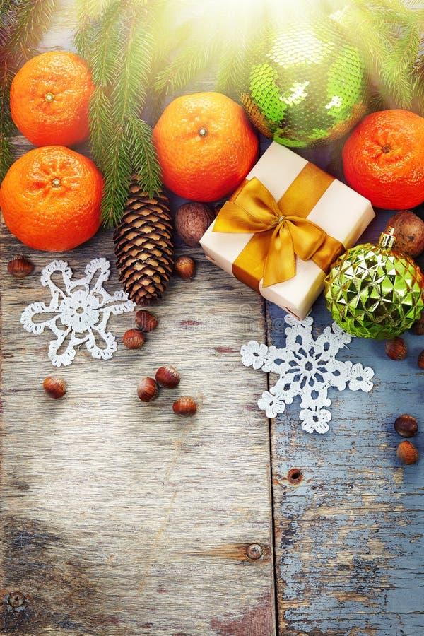 Decoración de la Navidad con la mandarina en backgroun de madera del vintage imagenes de archivo