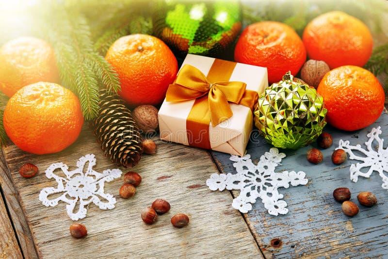 Decoración de la Navidad con la mandarina en backgroun de madera del vintage fotografía de archivo libre de regalías