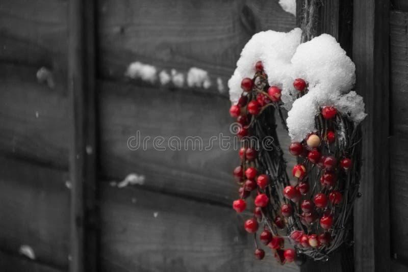 Decoración de la Navidad con las bayas de la Navidad imagenes de archivo