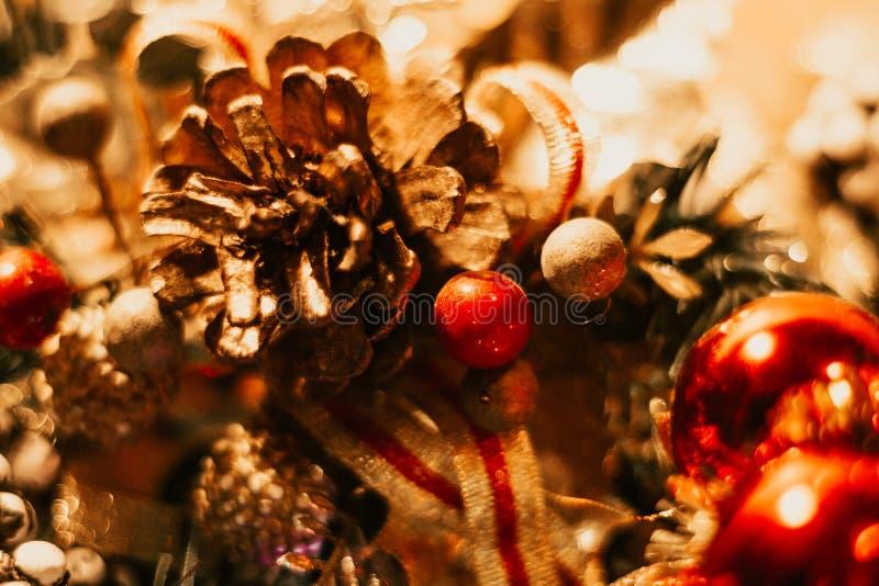 Decoración de la Navidad con las bolas y los conos del pino imagenes de archivo
