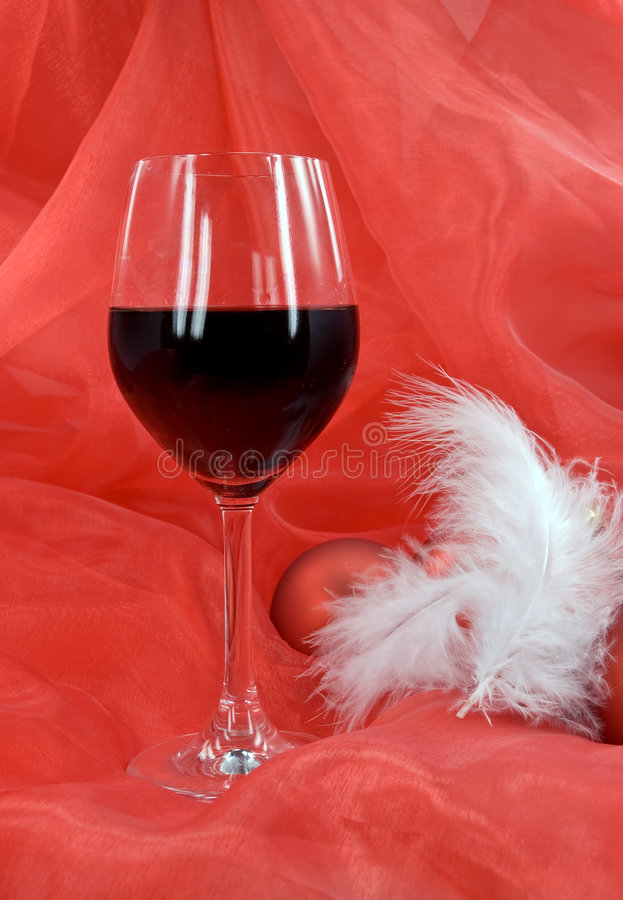 Download Decoración De La Navidad Con Las Bolas, Y Vidrio De Rojo Imagen de archivo - Imagen de elegante, nuevo: 7151093