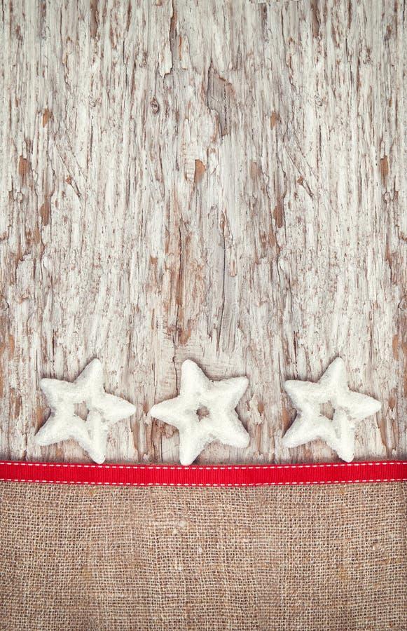 Decoración de la Navidad con las estrellas y la arpillera de la plata fotos de archivo libres de regalías