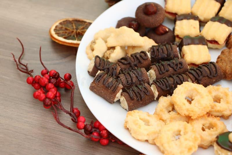 Decoración de la Navidad con las galletas hechas en casa y arra festivo de Navidad foto de archivo