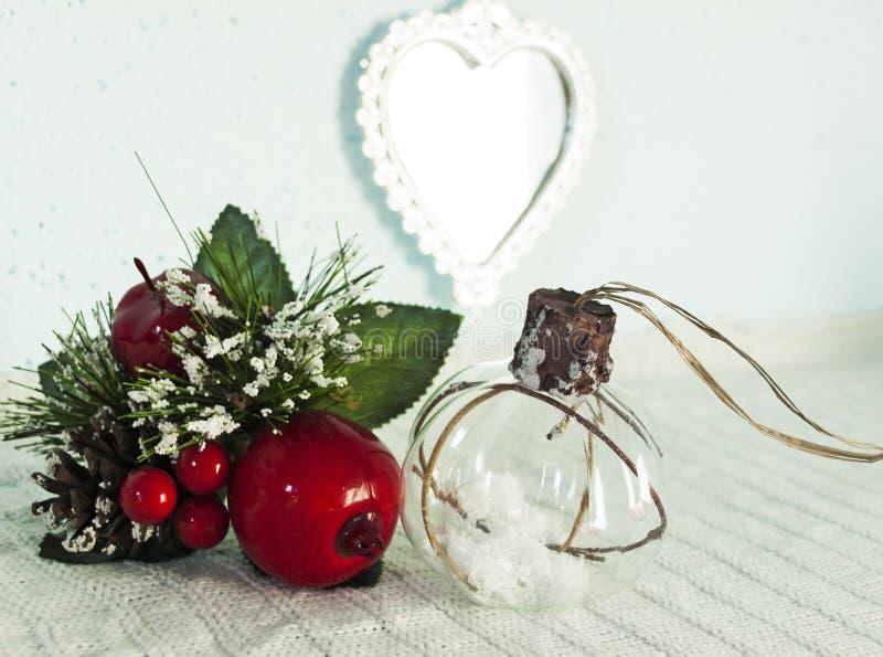 Decoración de la Navidad con las manzanas rojas fotografía de archivo libre de regalías
