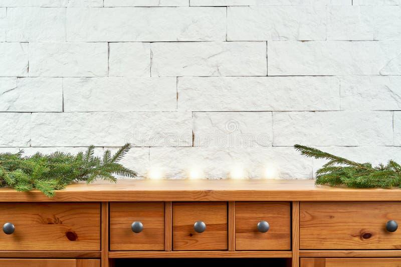 Decoración de la Navidad con las ramitas en un estante viejo en el fondo de una pared de ladrillo imagen de archivo libre de regalías