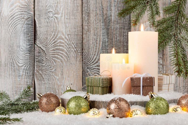 Decoración de la Navidad con las velas, las cajas de regalo y la guirnalda imagen de archivo