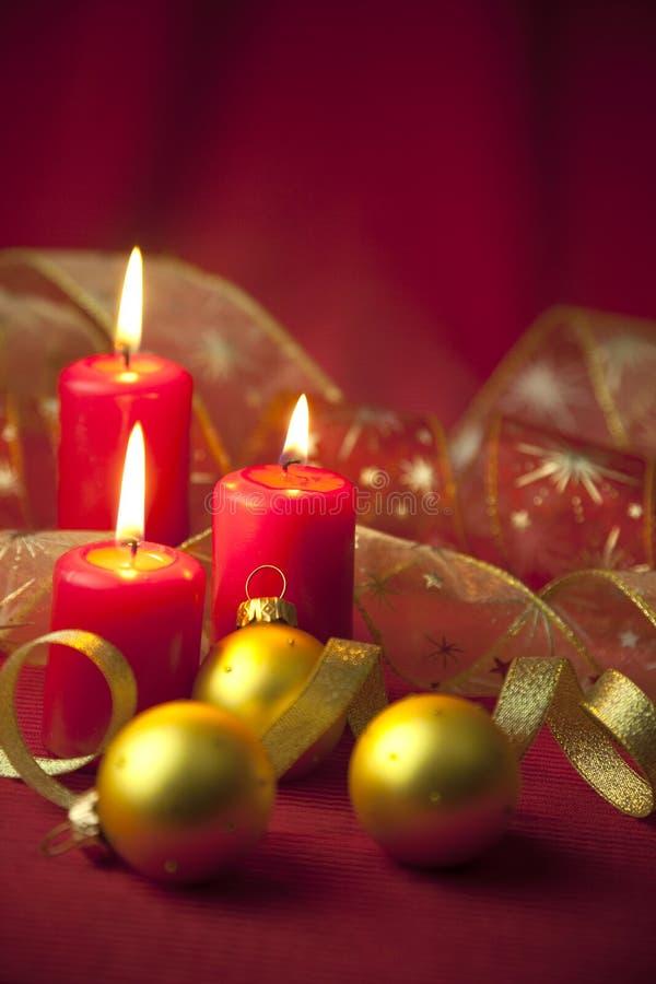 Decoración de la Navidad con las velas y las cintas imagen de archivo