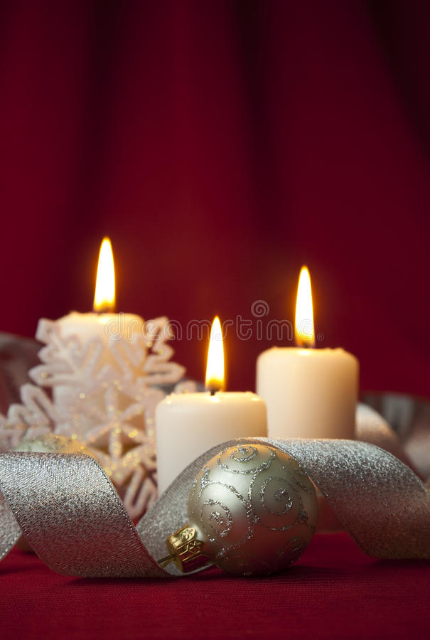 Decoración de la Navidad con las velas y las cintas imagen de archivo libre de regalías