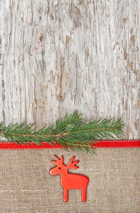 Decoración de la Navidad con los ciervos comunes y la arpillera imagenes de archivo