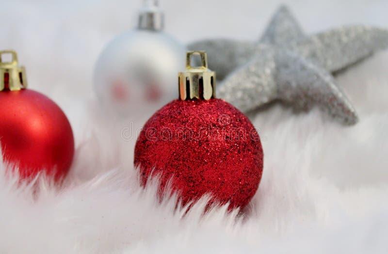 Decoración de la Navidad con nieve falsa imagen de archivo