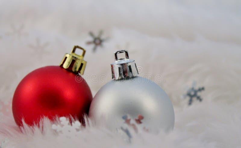 Decoración de la Navidad con nieve falsa fotos de archivo