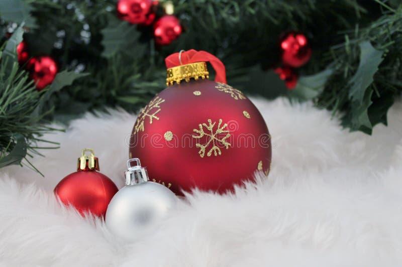 Decoración de la Navidad con nieve falsa imagenes de archivo