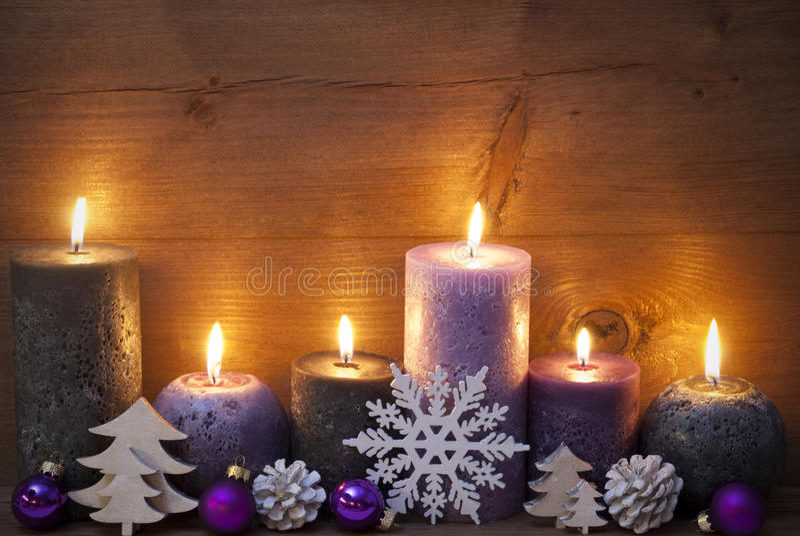Decoración de la Navidad con Puprle y las velas negras, ornamento imagenes de archivo