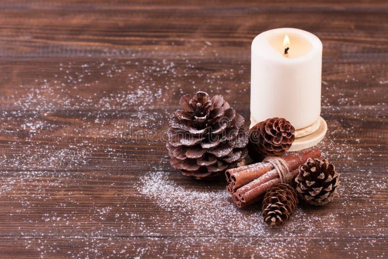 Decoración de la Navidad Conos del pino y de abeto con los palillos de canela en la tabla de madera foto de archivo libre de regalías