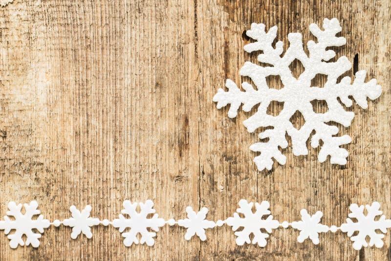 Decoración de la Navidad. copos de nieve en la madera imágenes de archivo libres de regalías