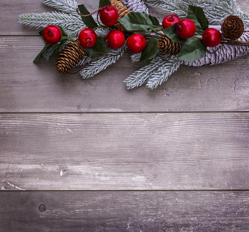 Decoración de la Navidad del árbol de abeto y del cono de la conífera en fondo de madera texturizado foto de archivo libre de regalías