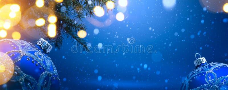 Decoración de la Navidad del arte en fondo azul de la nieve fotografía de archivo