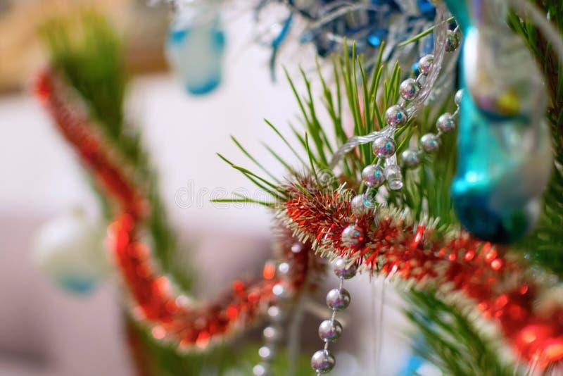 Decoración de la Navidad en árbol con las gotas y la malla fotografía de archivo libre de regalías