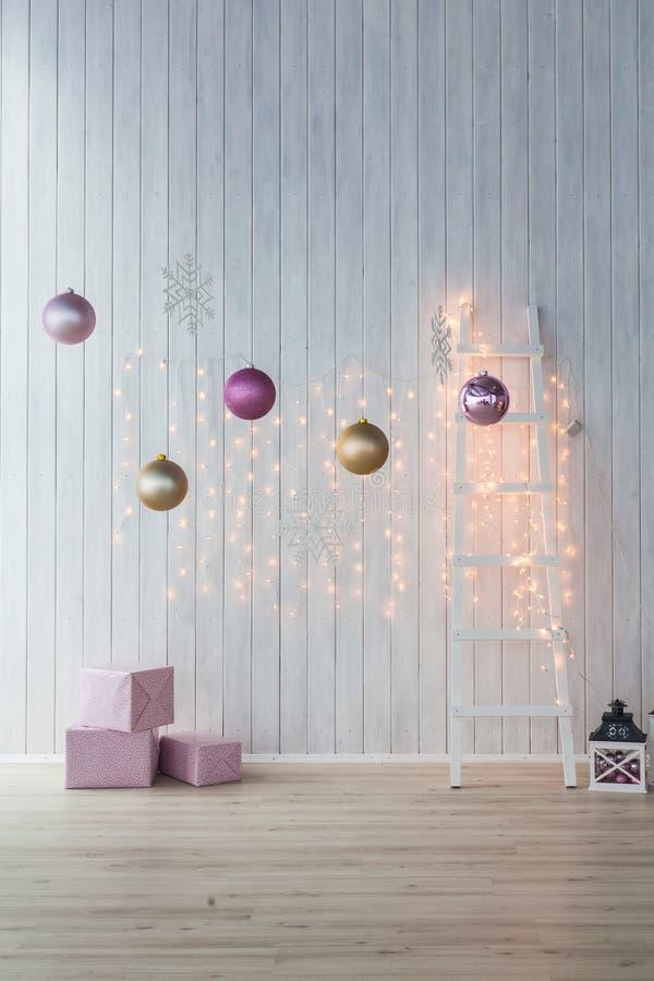 Decoración de la Navidad en el fondo blanco Cajas de regalo rosadas con de oro y las bolas imágenes de archivo libres de regalías