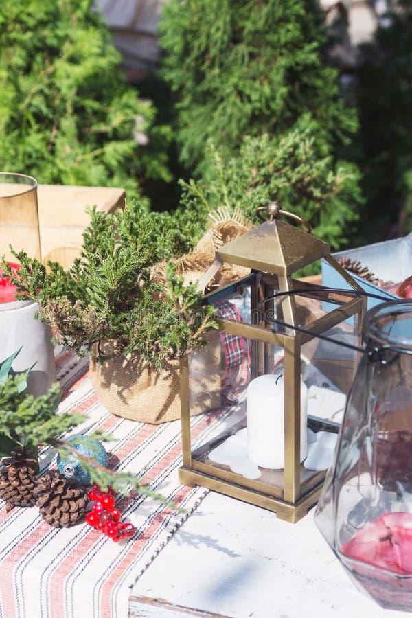 Decoración de la Navidad en el fondo del patio trasero: árboles de ciprés, velas, abeto-conos en la tabla de madera Año Nuevo fotos de archivo libres de regalías