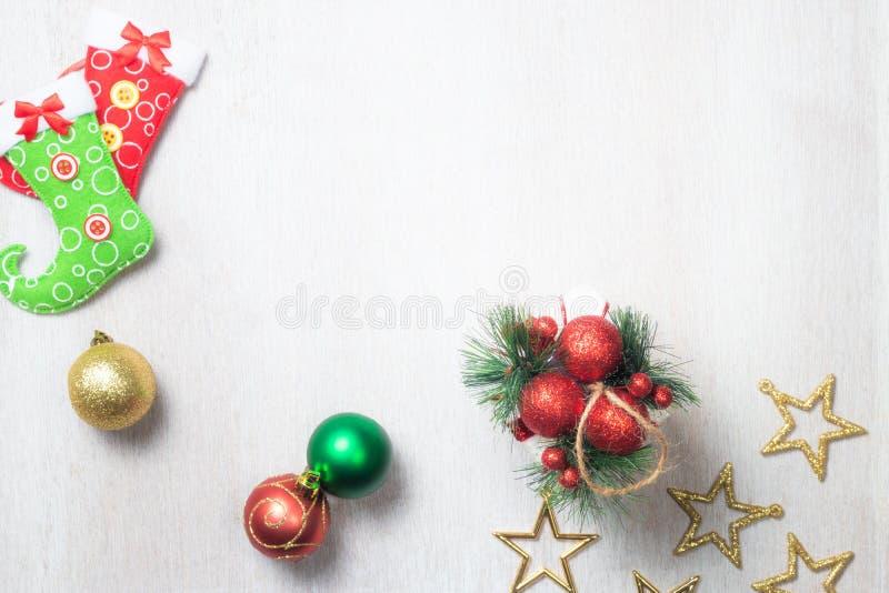 Decoración de la Navidad en el fondo de madera blanco foto de archivo libre de regalías