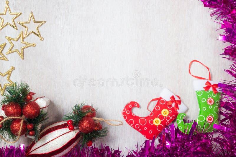 Decoración de la Navidad en el fondo de madera blanco imagen de archivo libre de regalías