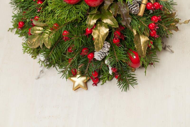 Decoración de la Navidad en el fondo de madera blanco fotografía de archivo